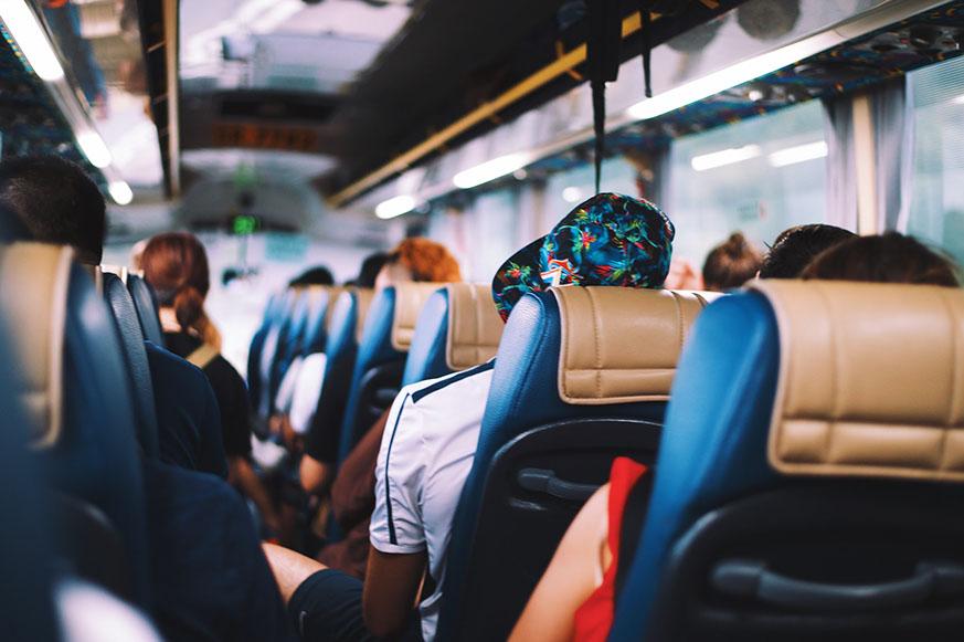 Personen in einem Reisebus